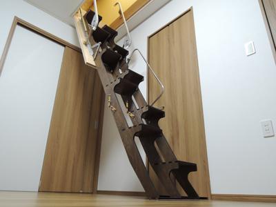 「ちばしー」様ご採用の折り畳み互い違い階段