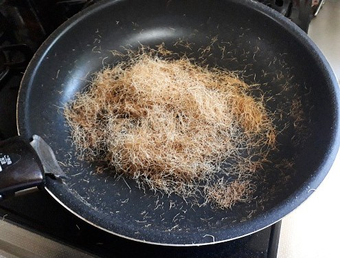 とうもろこしのひげを細かく切ってフライパンで煎る