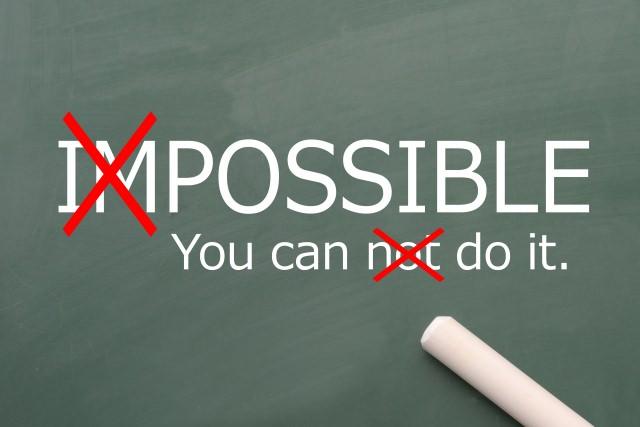黒板に不可能ではないことを英単語を使って表している。