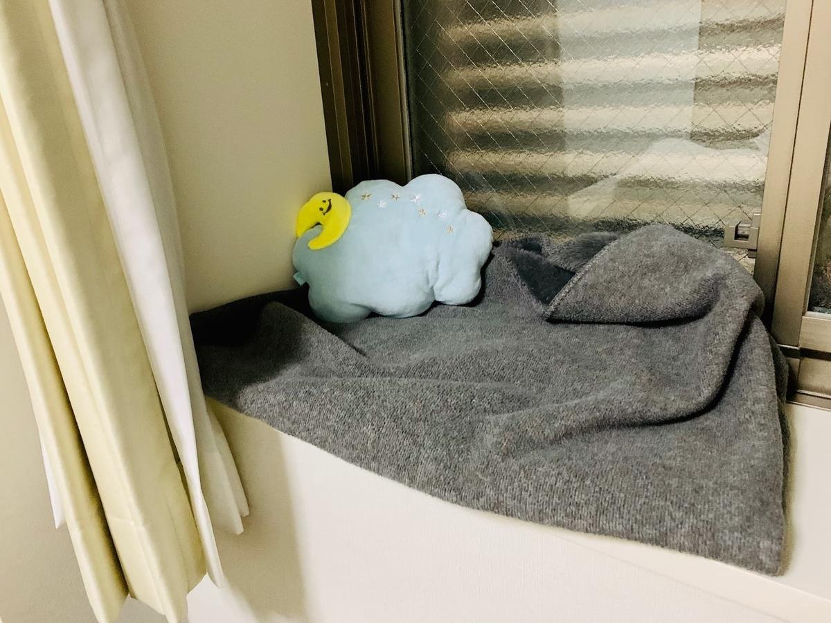 窓辺の寝床