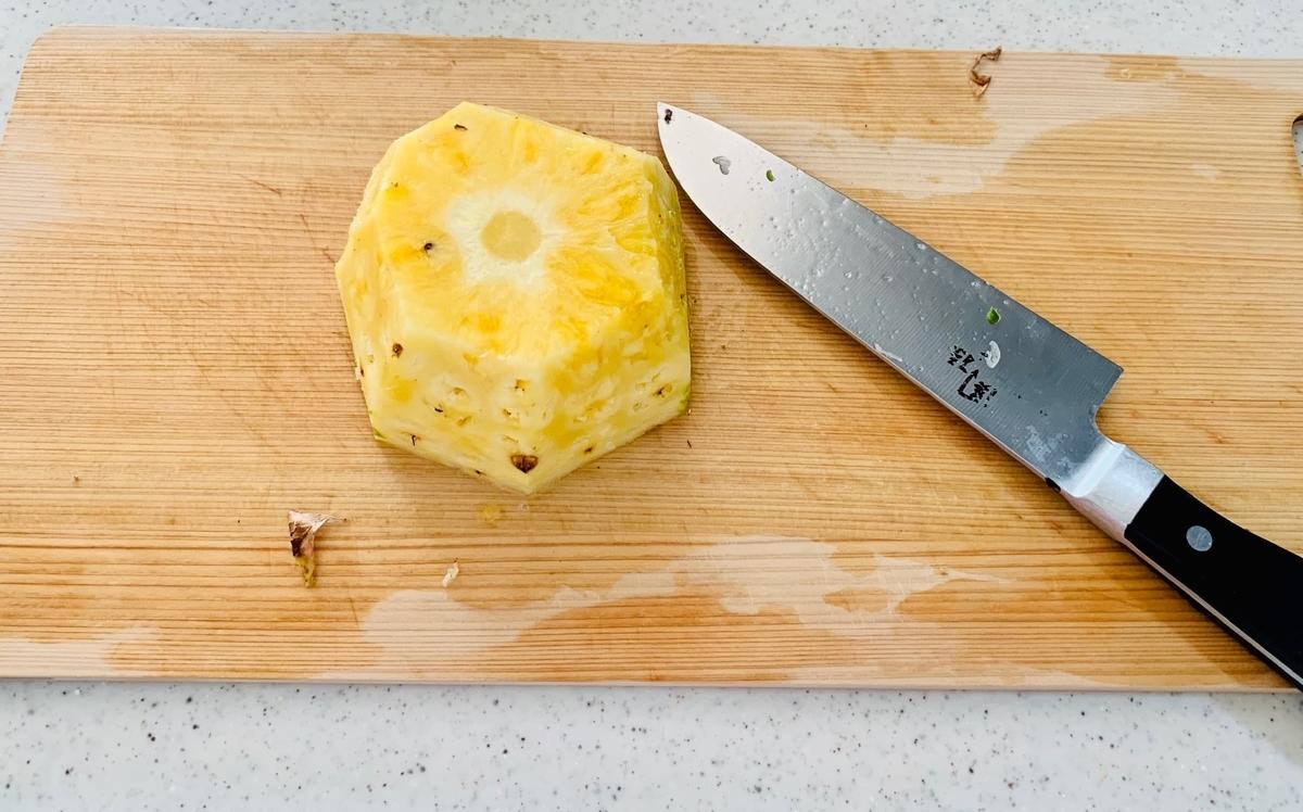 皮を切り落としたパイナップル