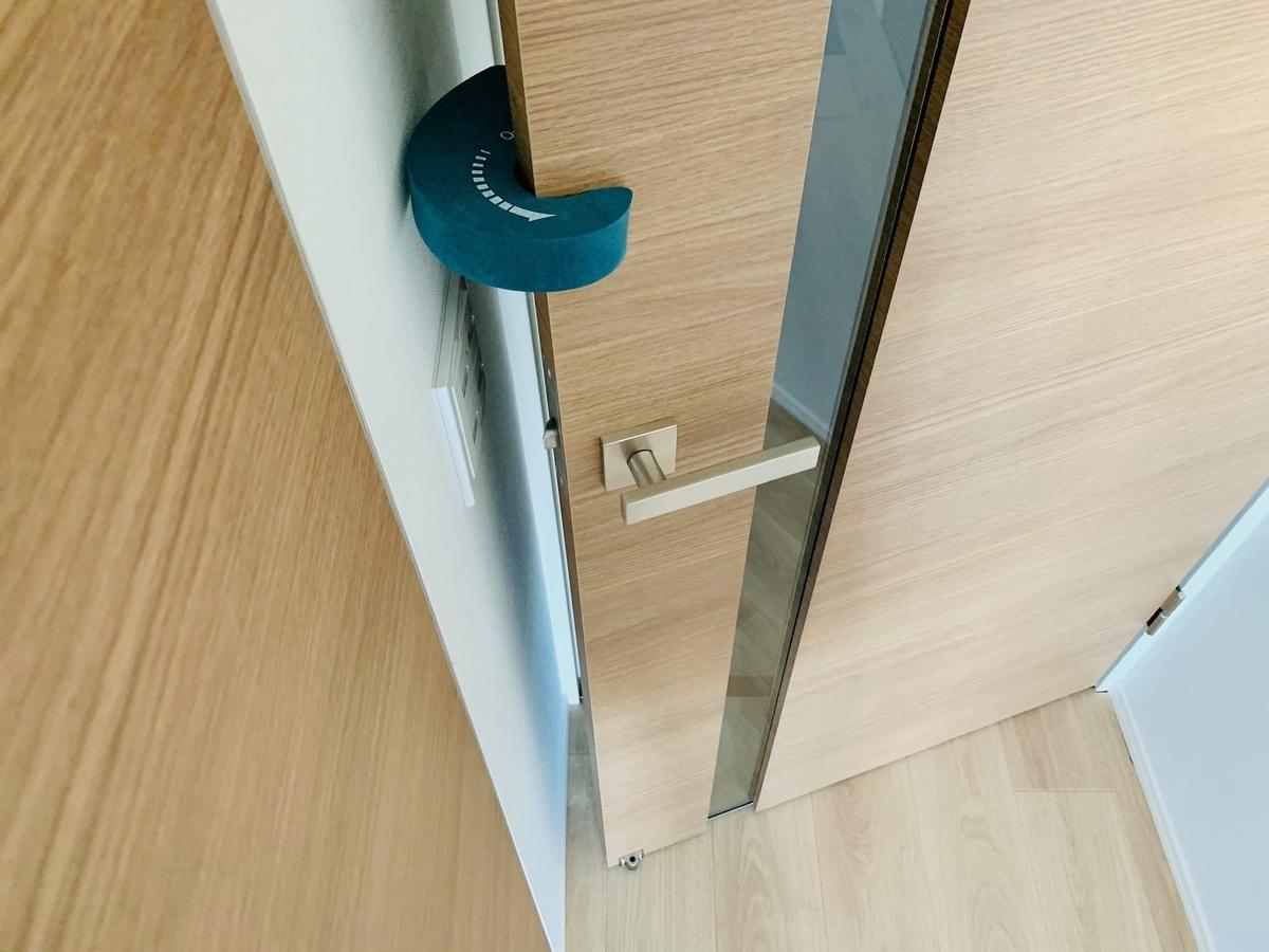 ドアストッパーを付けたドアの閉まり具合