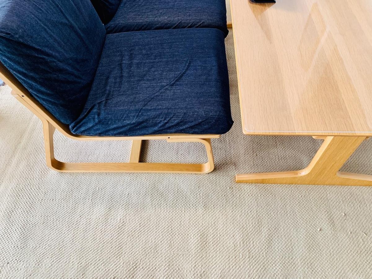ダイニングテーブルとカーペット