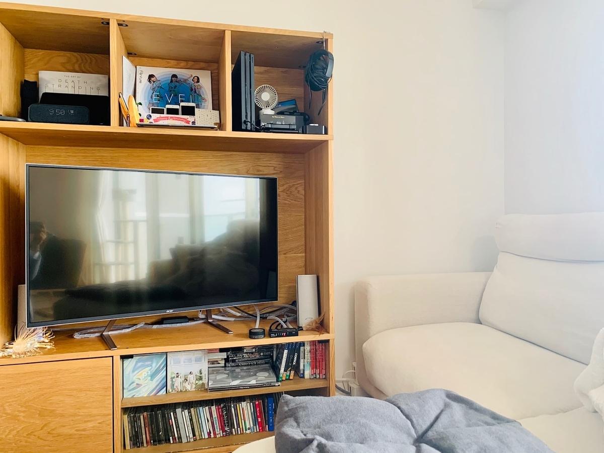 テレビラックとソファ