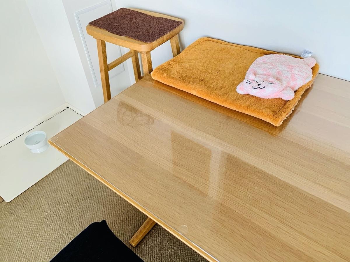 テーブルの上に置いているピンクの猫さん