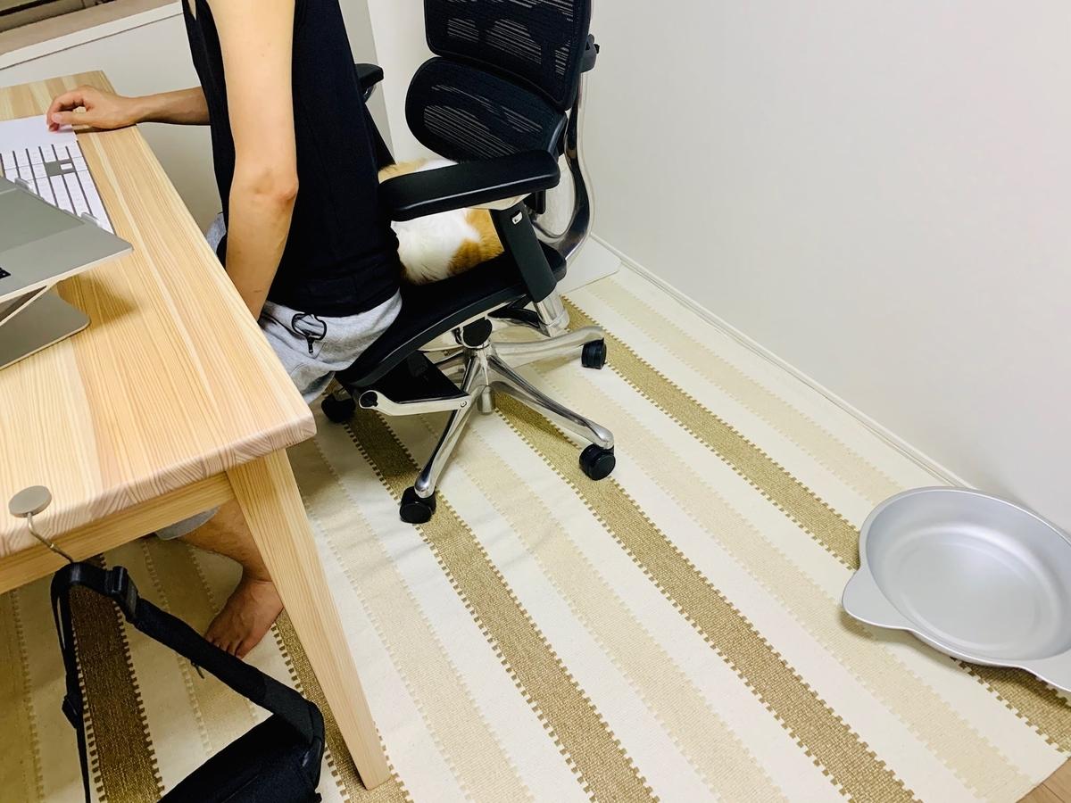るるちゃんと椅子を分け合う夫1