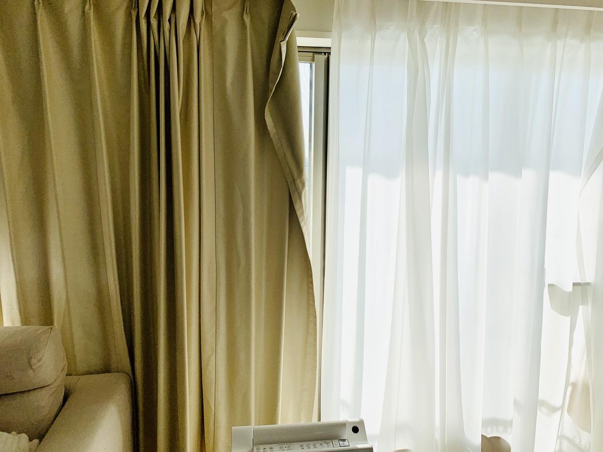 洗い終えて干されたカーテン1