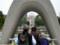 慰霊碑から見る平和の灯と原爆ドーム