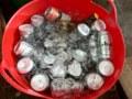ランドリーバスケットに冷えている缶ビール