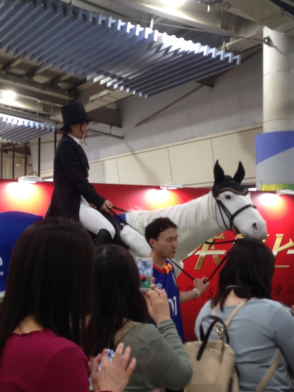 JR品川駅の白馬
