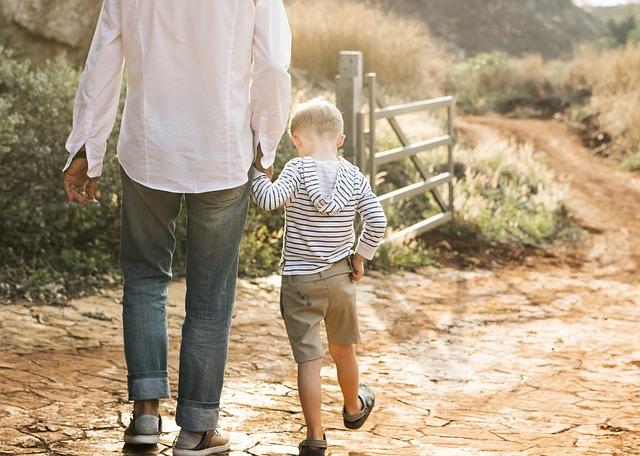 父親と一緒に歩く子ども