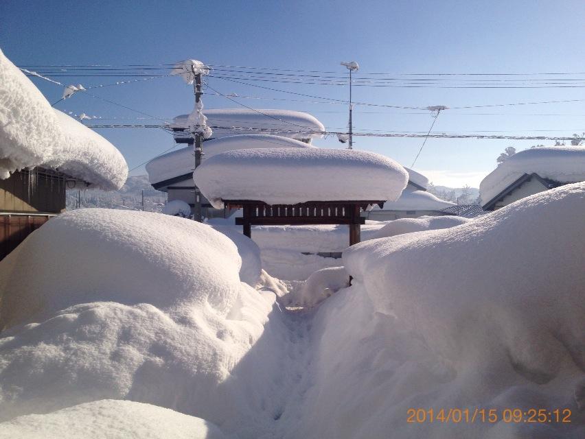 めちゃくちゃ雪が積もってる自宅前の画像