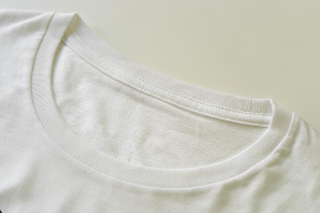 クルーネックTシャツ襟元