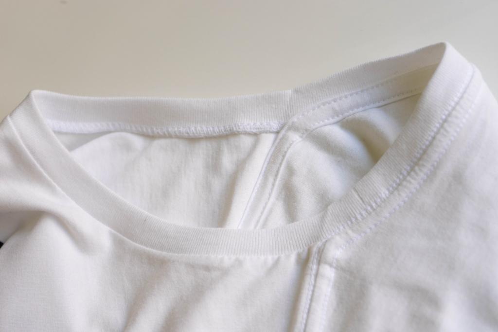 クルーネックTシャツ首から肩