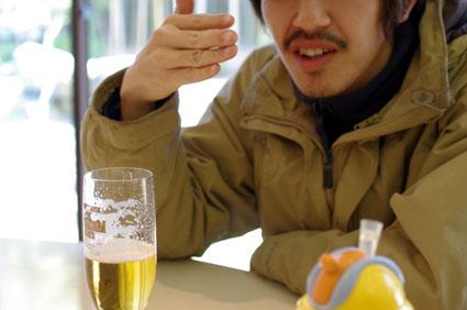 ビールを試飲中