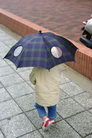 傘をさして