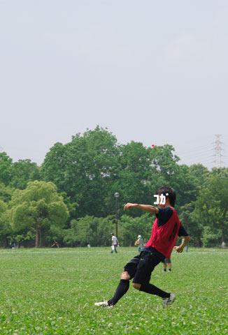 ボールを蹴るコガ氏
