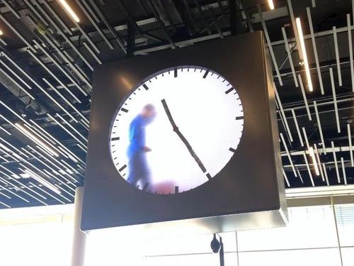 オランダの空港内の時計