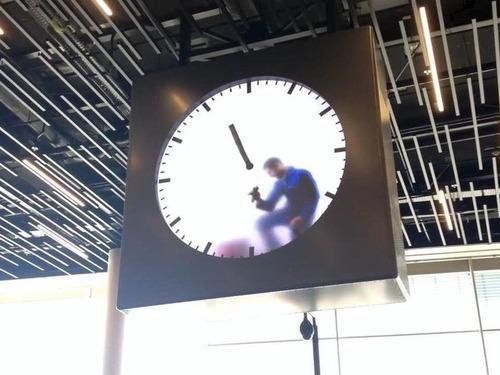 時計の中で針を消す男性