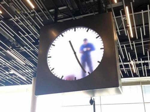 時計の中の男性