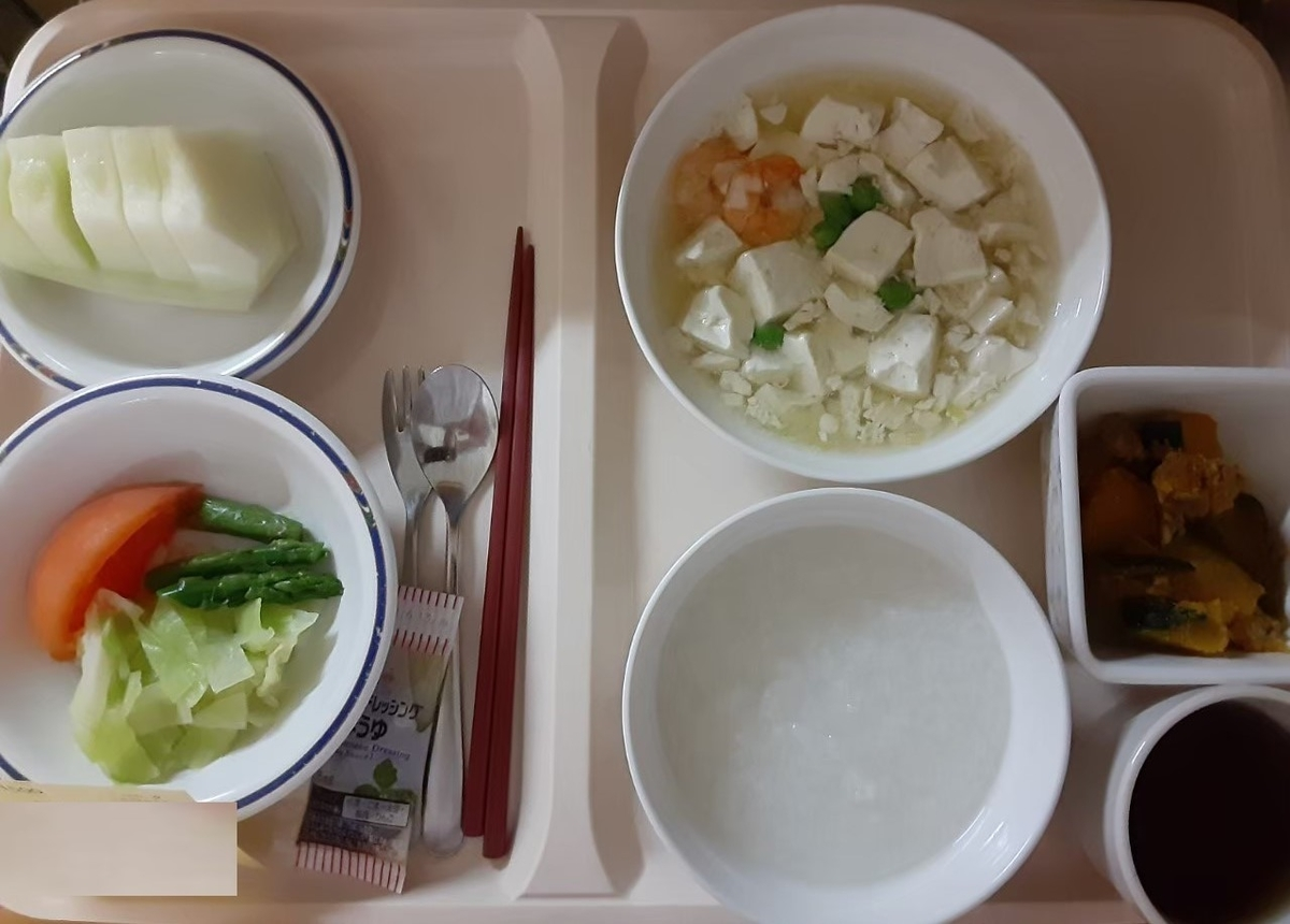 産後3日目の夕食、ゆで野菜のサラダやおぼろ豆腐、メロンなど、美味しくいただきました