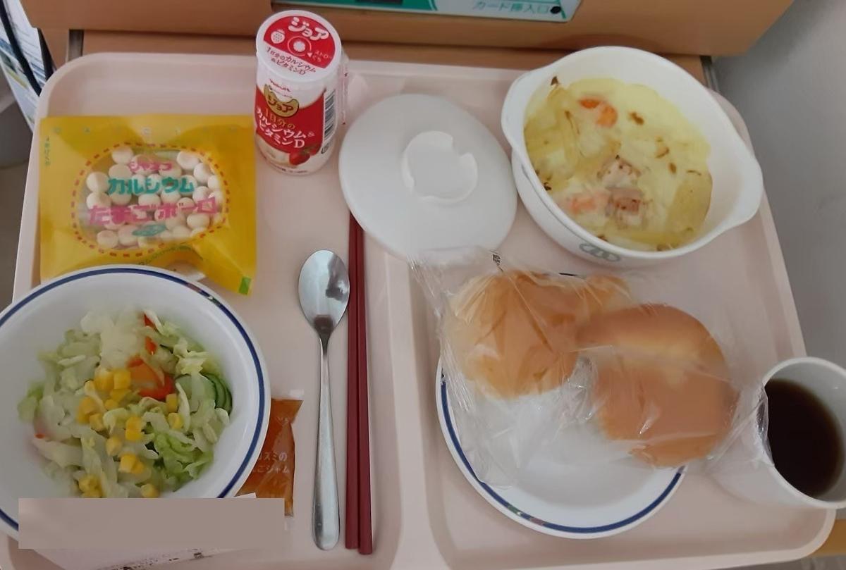 産後4日目の昼食、パンとグラタン、サラダにボーロ、なかなか美味しかったです。