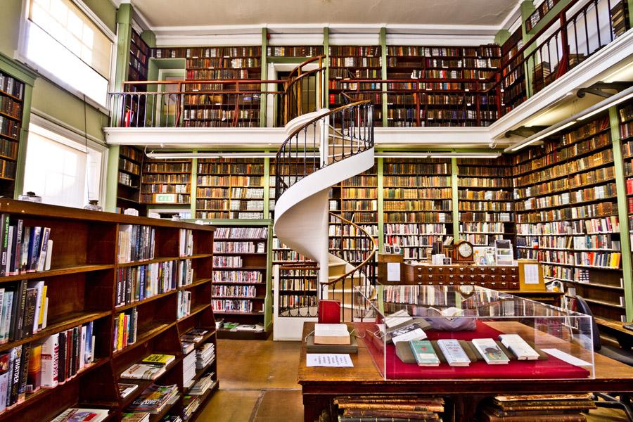 ライブラリのイメージ、本棚がぎっしりとつまった図書館の写真です。