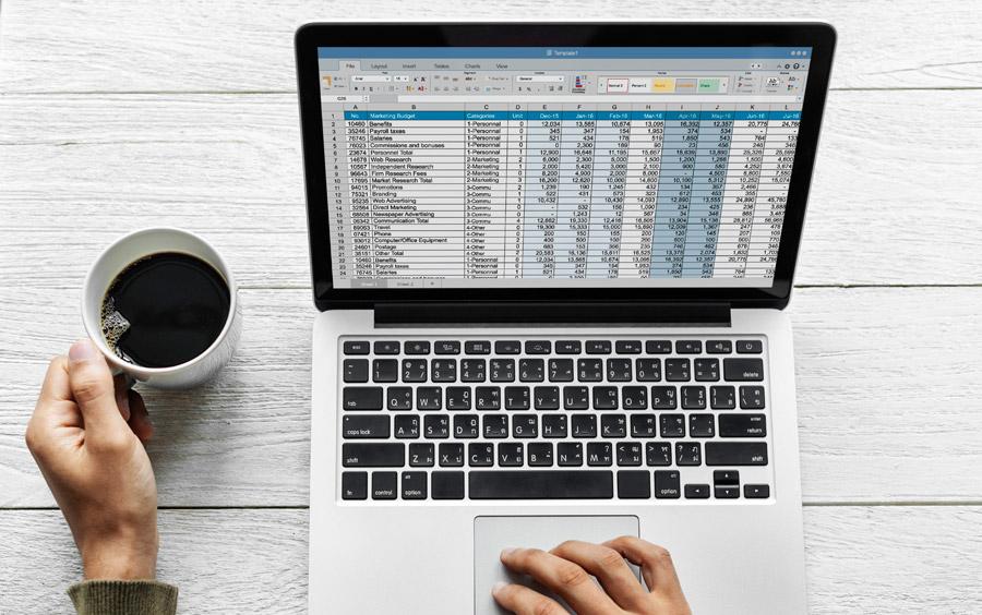 表計算ソフトが表示されているパソコンの写真です。