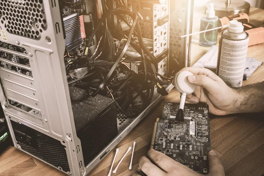 サーバー用のパソコンを分解して清掃している様子です。