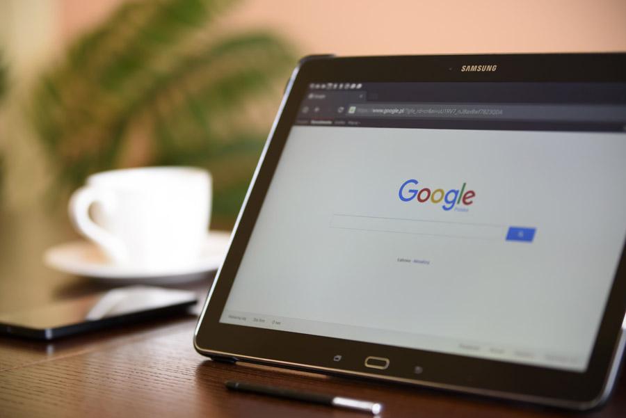 机の上のタブレットにGoogleの画面が表示されている写真です。