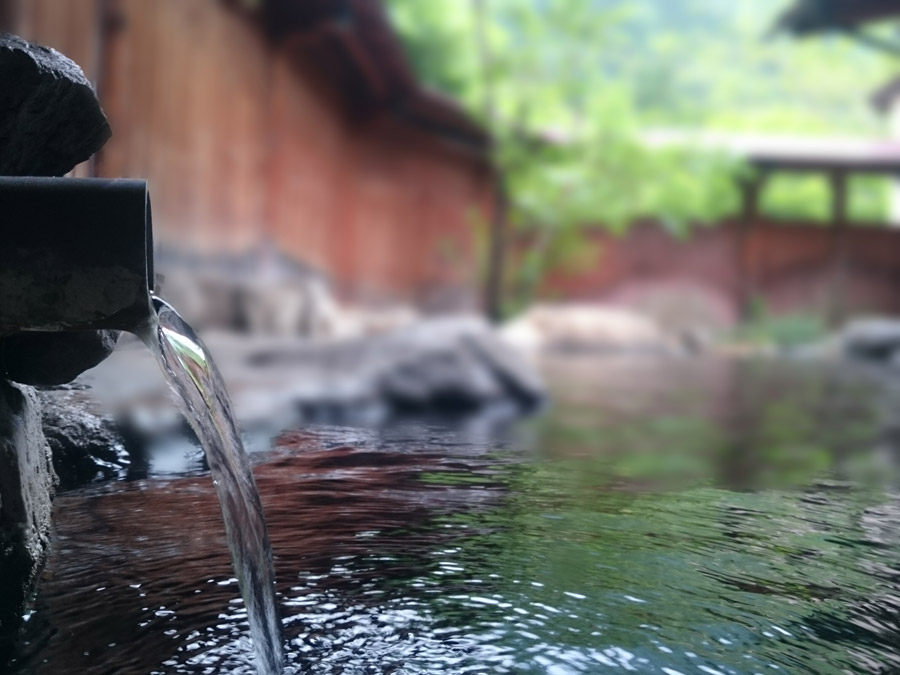 温泉にお湯が注がれている写真です。