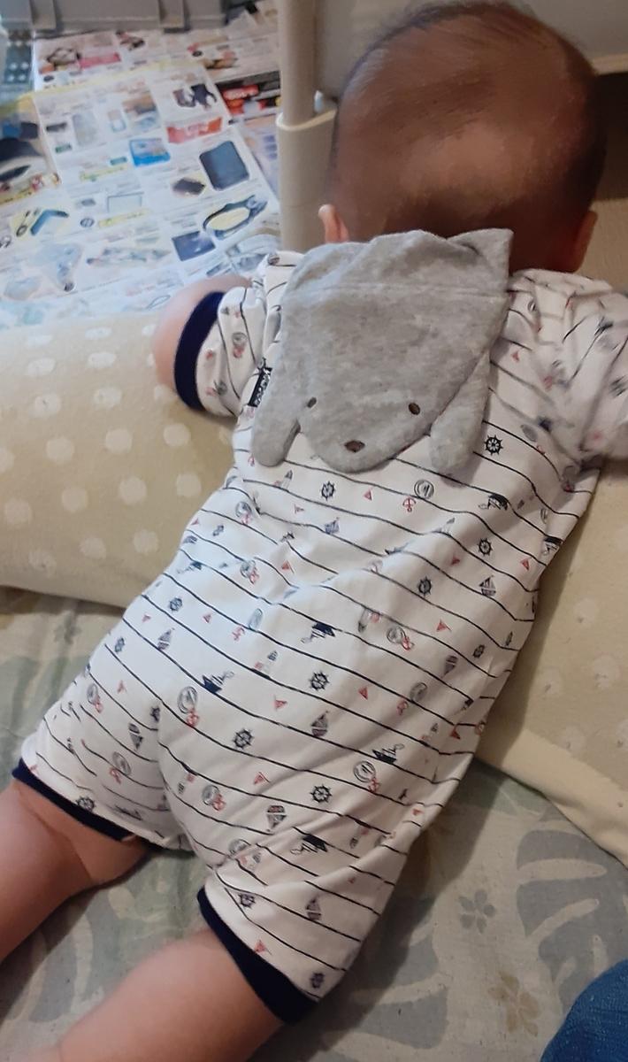 赤ちゃんの後ろ姿、くまさんの汗取りパッドが背中から顔を出しています。