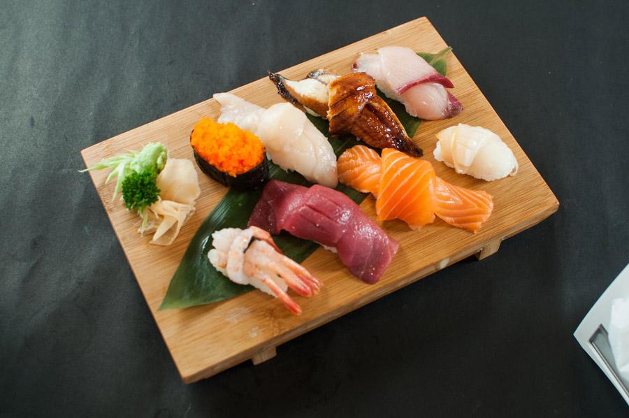 寿司下駄の上に並べられた高そうで美味しそうな握り寿司です。