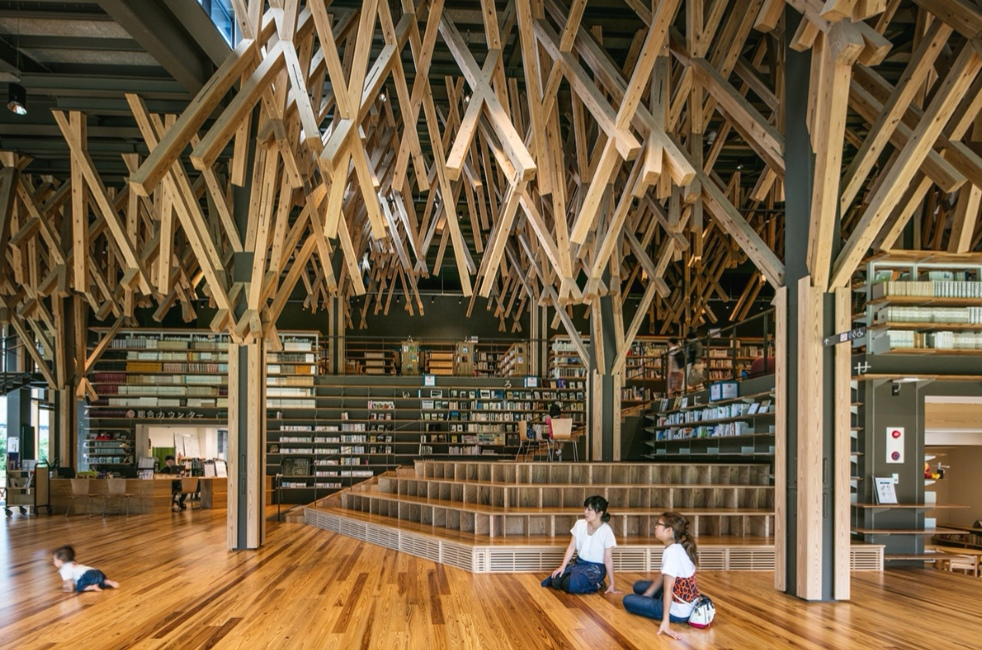 梼原町立図書館の天井と空間を楽しむ家族