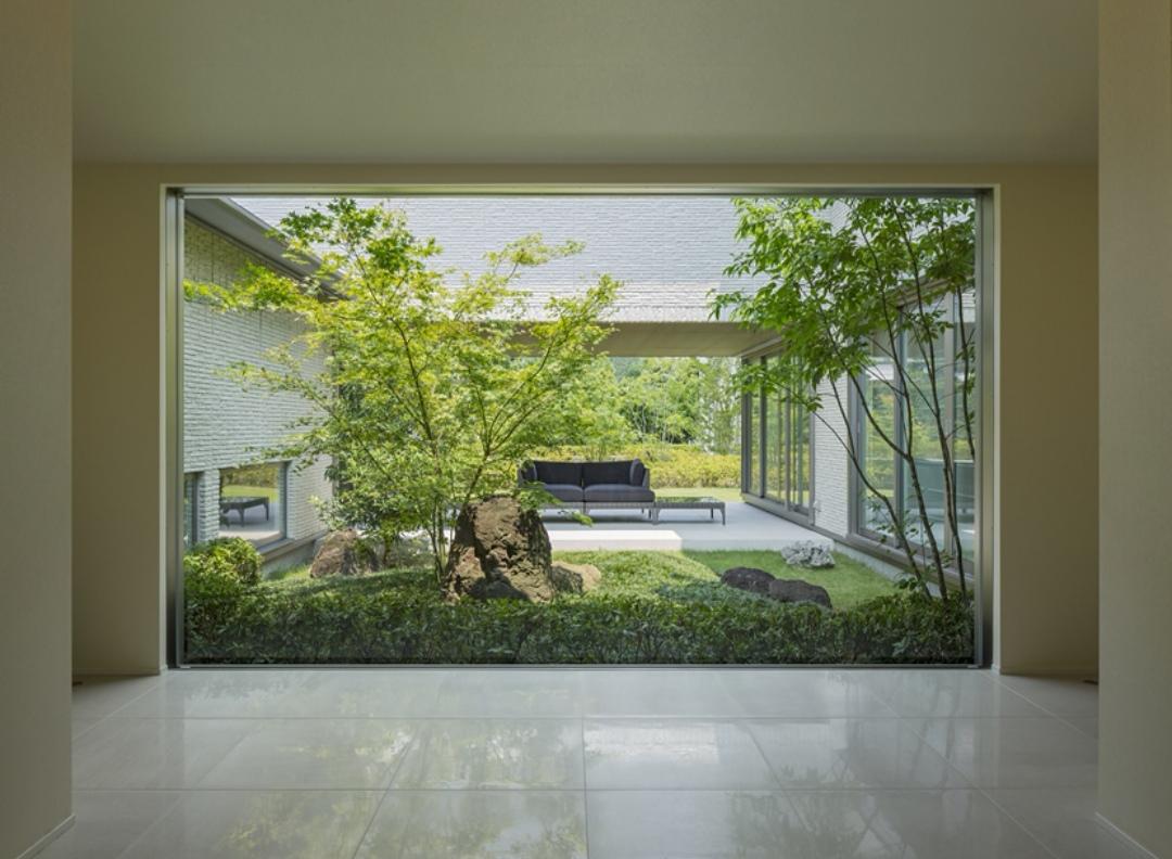 室内から自然を感じれる中庭