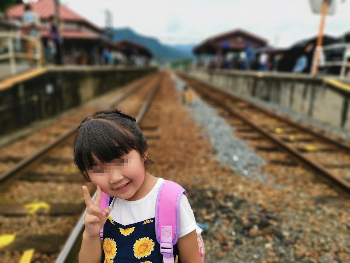 線路に立つ娘