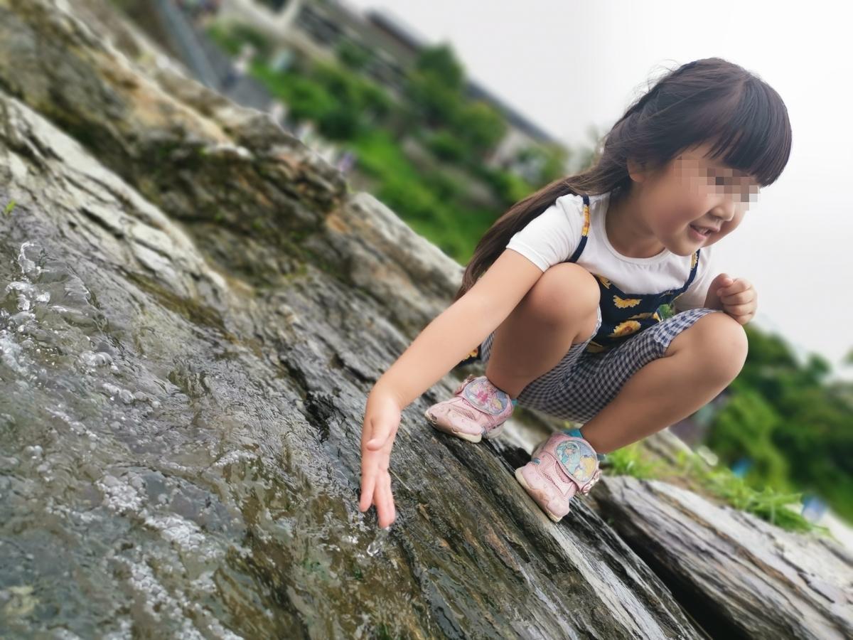 岩畳で遊ぶ娘