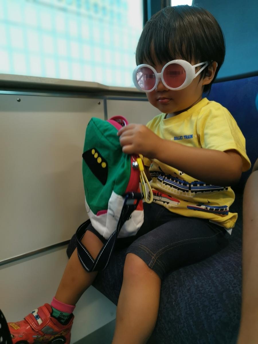 上野東京ラインのボックス席に座る子供