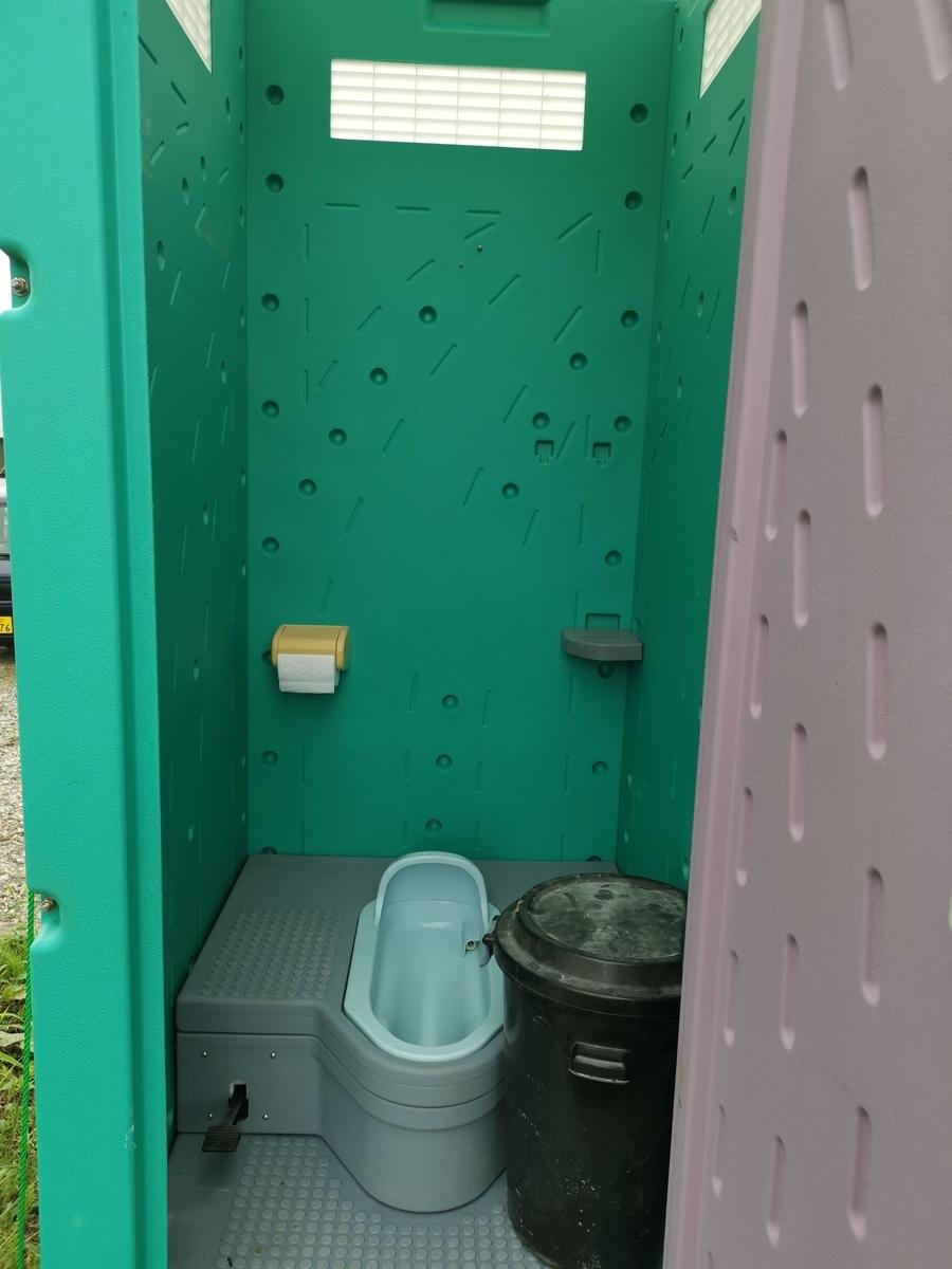 仮設トイレの中