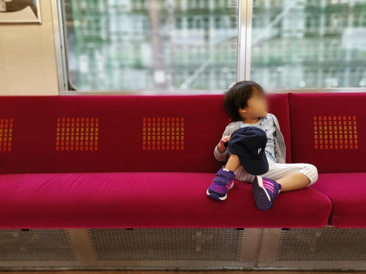 電車に乗る2歳児のオシャレな写真