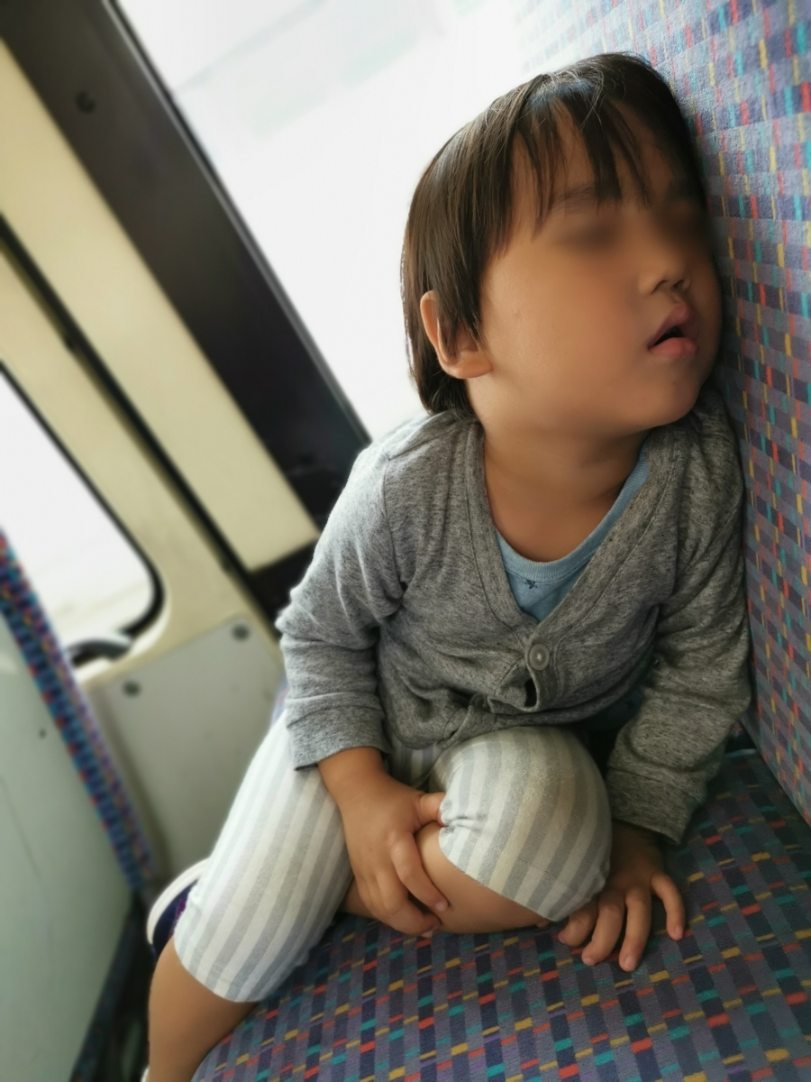 バスで寝る息子