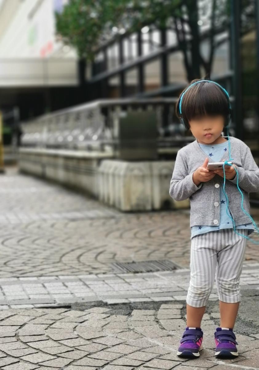 ヘッドフォンをする子供