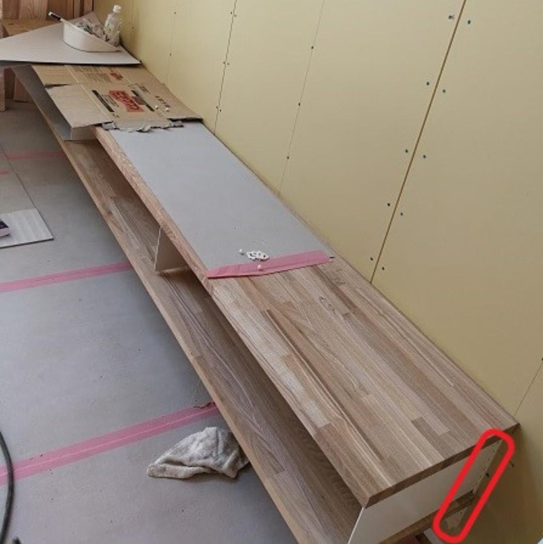 杜撰な施工の造作テレビ台