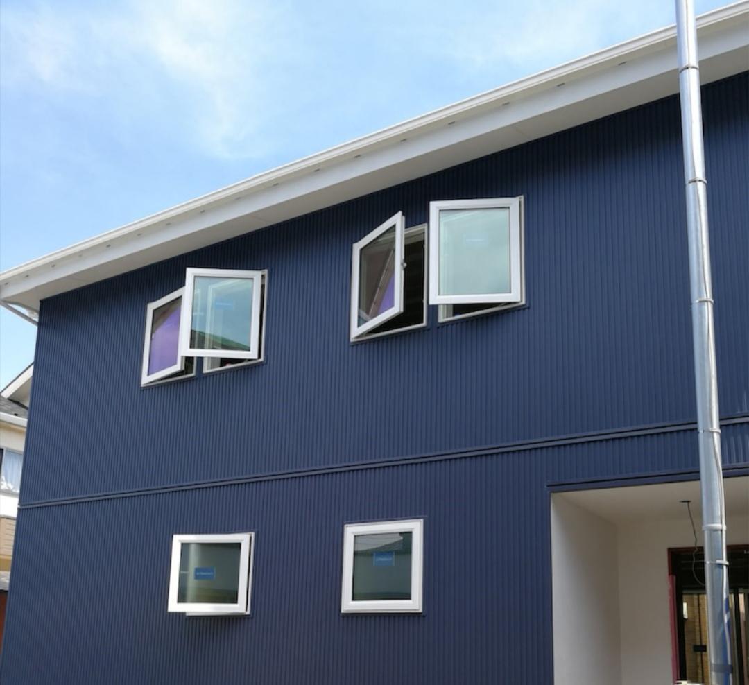 青ガルバリウムの家
