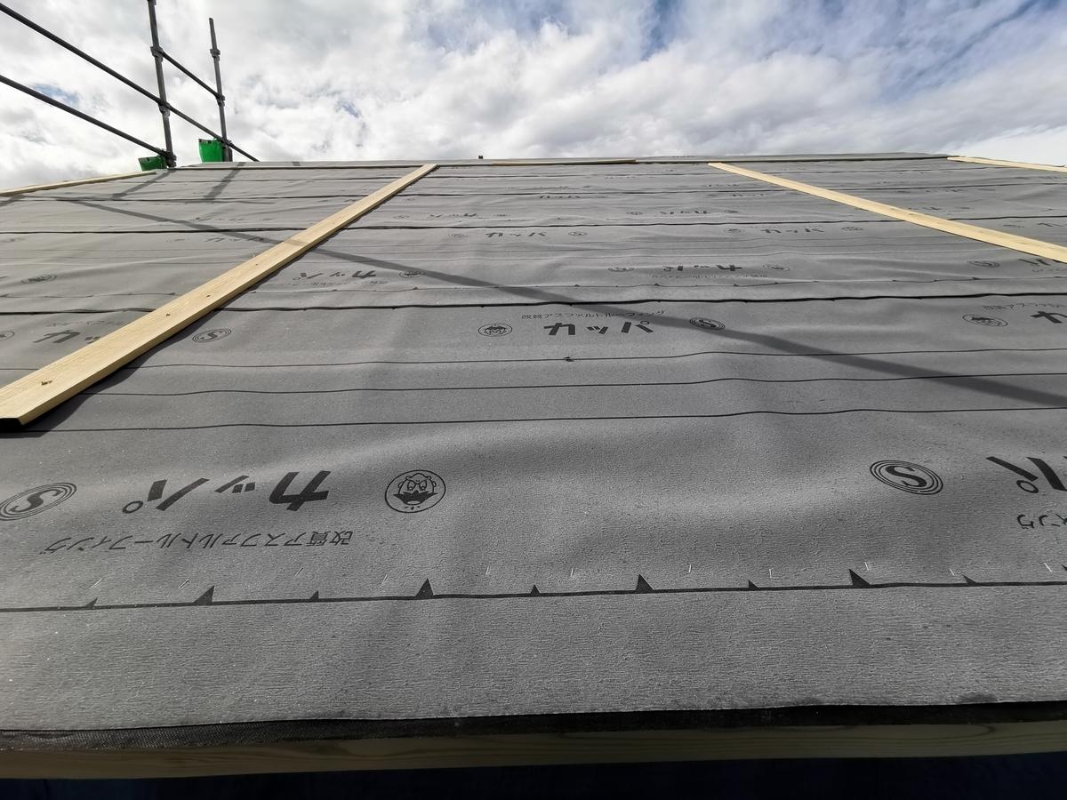 防水シートが施された屋根