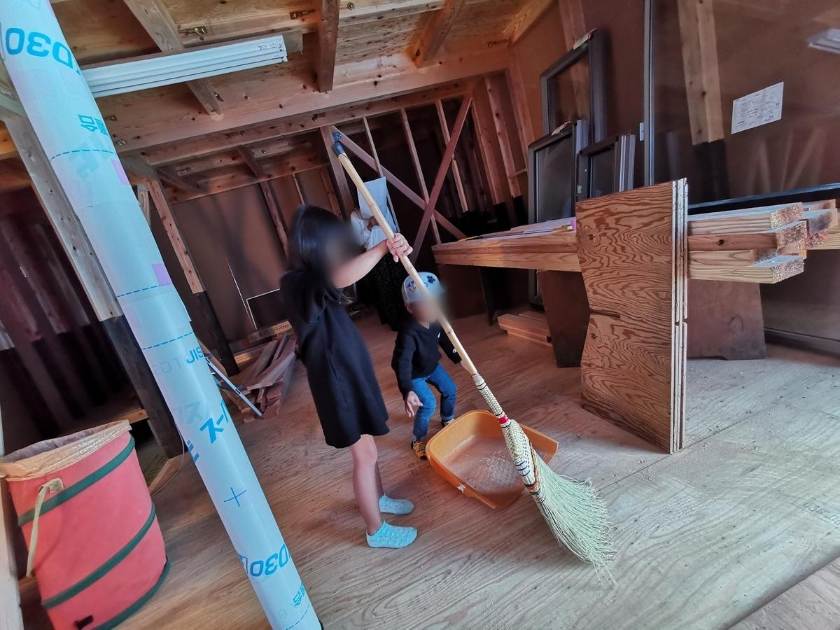 工事現場を掃除する子供たち