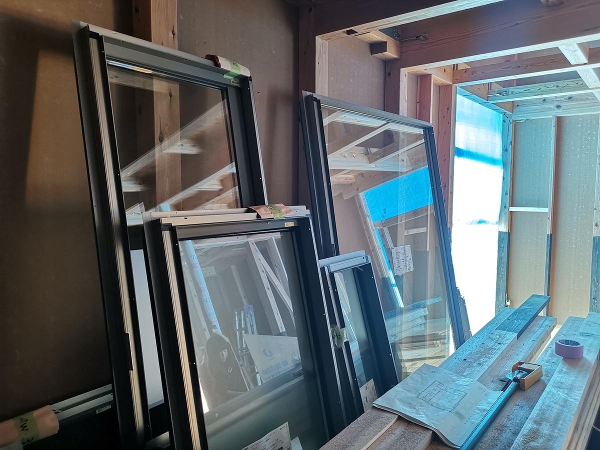 施工待ちの窓たち