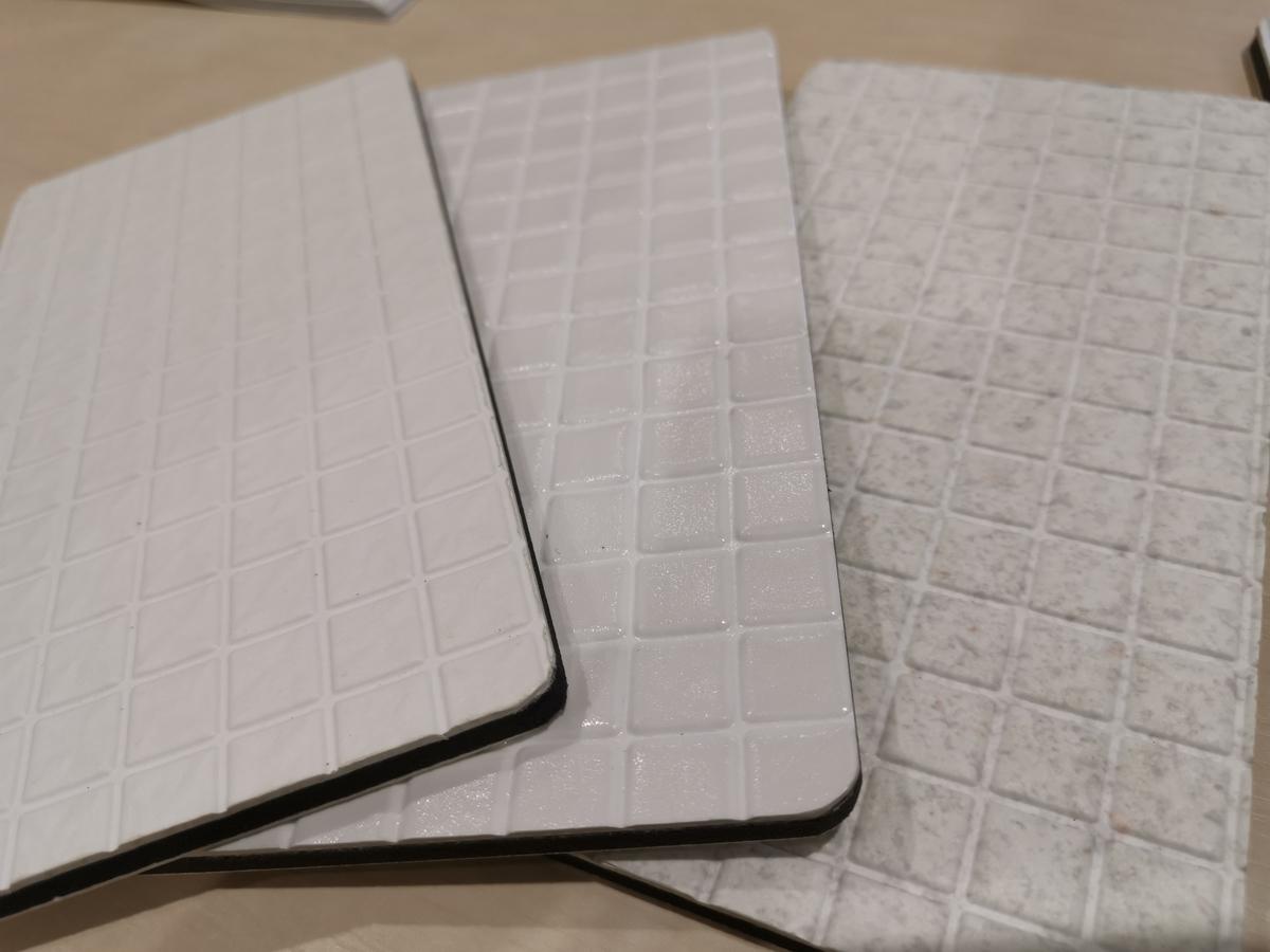 3種類の白い床 TOTO