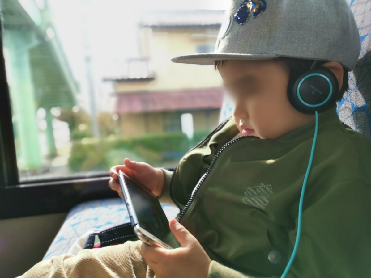 バスで子犬の動画を見る3歳児
