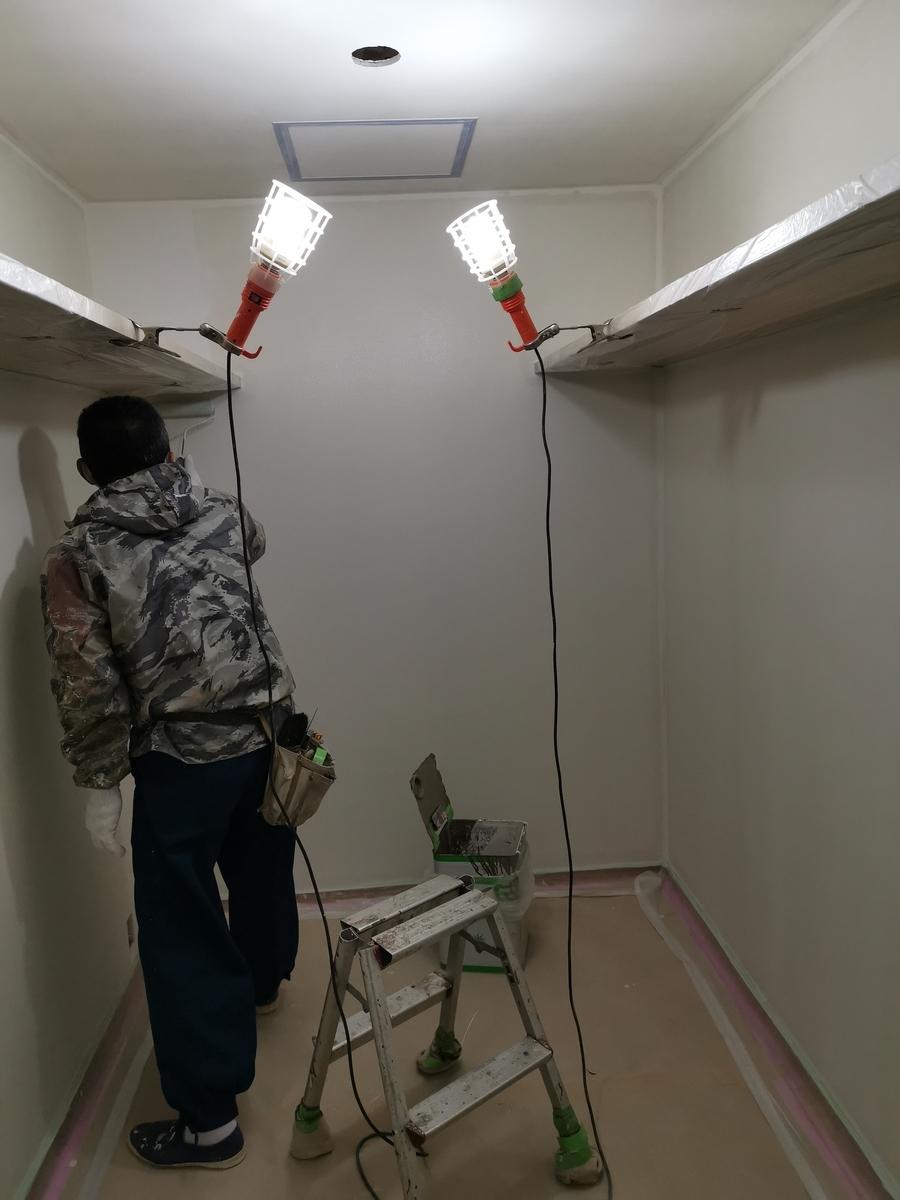 漆喰を塗る職人
